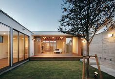 閉ざされているのに開放的! 二つの中庭のある家 | マブチ工業の新築施工例【イエタテ】 Minimalist House Design, Minimalist Home, Bungalows, L Shaped House, Courtyard House Plans, Casa Patio, Home Building Design, Bungalow House Design, Japanese House
