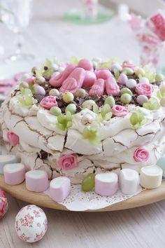 Kodin Kuvalehti – Blogit   Ruususuu ja Huvikumpu – Pavlova-kakku kruunaa pääsiäispöydän! Katso hauskat koristeluideat.