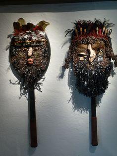 2 masques, raquette de tennis, cassette audio crochetée,  et mâtereaux divers Cassette, 3 D, Tennis, Sculptures, Audio, Halloween, Create, Home Decor, Masks