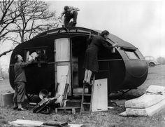 Eine Familie im englischen Cheshunt repariert und bemalt ihr Wohnmobil für die bevorstehenden Osterferien (8. April 1943).
