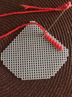 Canvas Plasticas | Mis Creaciones - Micreaciones.net Plastic Canvas Crafts, Plastic Canvas Patterns, Homemade Gifts, Diy Clothes, Needlepoint, Hand Knitting, Diy And Crafts, Coasters, Embroidery