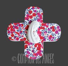 """Croix""""Vierge à l'enfant"""" modèle A et fond en tissu liberty"""