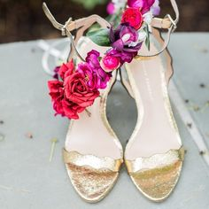 Gold shoes and a red floral crown, the ultimate recipe for romance! Xoxo @weddingchicks #shoes #gold #wedding #flowers