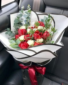 """12 mentions J'aime, 1 commentaires - Jennifer (@jennflowercottage) sur Instagram: """"Appreciate bouquet with red tulips and spray roses  #jennflowercottage #jennflorist #redtulips…"""""""
