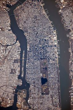 NYC - Looking south, Hudson River on the right, East River w/Roosevelt Island (between Manhattan  Queens) on the left.