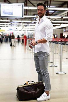- 7 Coolest Airport Looks For Guys Estilo de roupa de aeroporto para homens Mens Fashion Blog, Fashion Pants, Fashion Outfits, Fashion Fashion, Fashion Tattoos, Fashion Angels, Fashion Jewelry, Fashion Tips, Fashion Design