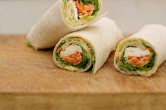 Wraps zijn rollen, het liefst van al rijkelijk en smaakvol gevuld. Een pak kant-en-klare maistortila's zijn de perfecte verpakking voor een opgerolde vegetarische lunch die je zelfs 'uit het vuistje' kan eten. Jeroen belegt elke hartige pannenkoek met een dunne omelet, zelfgemaakte humus, verse groenten en plakjes smaakvolle feta