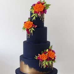 Dark blue and gold wedding cake with orange sugar flowrs for fall wedding #autumnwedding #weddingcake #cakephoto #wedding #goldweddingcakes
