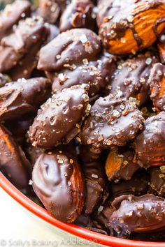 a healthier chocolate treat, try these sweet and salty dark chocolate sea salt almonds!For a healthier chocolate treat, try these sweet and salty dark chocolate sea salt almonds! Lunch Snacks, Yummy Snacks, Delicious Desserts, Yummy Food, Lunch Meals, Candy Recipes, Snack Recipes, Dessert Recipes, Snacks Saludables