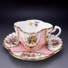 ウィーンロマン調、シェリーのアレクサンドラシェイプのレアな作品です。淡いピンク色にやさしい花々が春を感じさせてくれます。 ↓ http://eikokuantiques.com/?pid=89144653 #英国アンティークス #シェリー #ワイルマン #アレクサンドラ #カップ