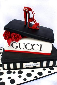 Gucci Cake Love it! Best birthday cake for the shoe lover! Bolo Gucci, Gucci Cake, Gorgeous Cakes, Pretty Cakes, Amazing Cakes, Crazy Cakes, Fancy Cakes, Unique Cakes, Creative Cakes