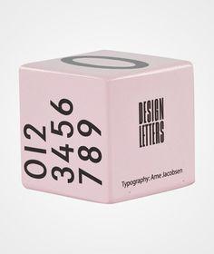 Розовые детские кубики из дерева с изображением букв. Уникальные буквы, используемые в коллекции, были созданы в 1937 году вручную всемирно известным