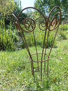 Yearly Flower Plants – Ideas For Great Gardens Garden Crafts, Garden Projects, Garden Art, Arbors Trellis, Garden Trellis, Peony Support, Garden Plant Supports, Plant Cages, Obelisk