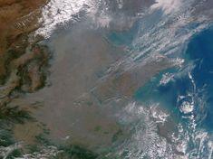 Chape de pollution sur la Chine. En octobre 2013, la Chine a été recouverte d'un épais brouillard de particules provenant de la NOAA (agence américaine responsable de l'étude de l'océan et de l'atmosphère) et de la NASA. Selon l'Organisation Mondiale de la Santé, la pollution atmosphérique aurait déjà tué près de 7 millions de personnes en 2012 dans le monde.