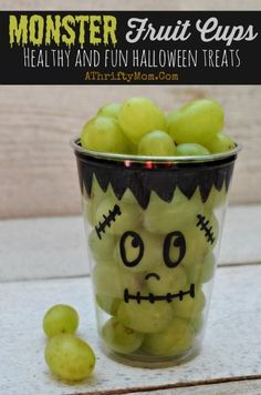 Healthy Halloween treat ideas, Monster Fruit Cups, school party ideas, Healthy but Fun Halloween recipe ideas for parties Monster Fruit Cups ~ Fast and Easy Healthy Halloween Treats. Make ahead of time for easy prep and less stress. Healthy and fun. Halloween Desserts, Hallowen Food, Bolo Halloween, Healthy Halloween Treats, Halloween Food For Party, Halloween Kids, Holiday Treats, Holiday Recipes, Halloween Fruit Salad