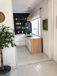 white kitchen black wall, wooden kitchen counter, valkoinen keittiö musta seinä, puinen keittiön taso, saarnitaso, ash kitchen counter