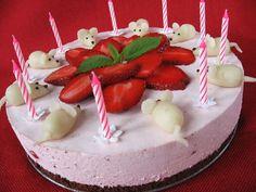 Ma ünnepeltük három gyerekünk születésnapját. Ez a torta a legkisebbé, kedvencei az egerek. A kérés epertorta volt, 9 marcipán egérkével k...