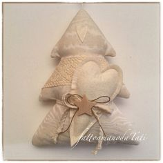 Alberello shabby in cotone color crema con pizzo e cuore in panno glitterato Diy Christmas Ornaments, Homemade Christmas, Vintage Christmas, Christmas Decorations, Fabric Ornaments, Heart Crafts, Tree Decorations, Diy And Crafts, Projects To Try