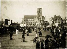 Die Wiesn um 1900. Im Hintergrund wird gerade die 97 Meter hohe St.-Pauls-Kirche gebaut. Foto: Volk Verlag/Stadtarchiv München