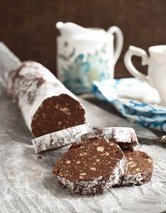 Ingrédients : 200 g de chocolat ,100 g de beurre ,50 g de sucre glace ,1 oeuf ,10 cubes de guimauve ou chamallow ,150 g de petits beurres ou sablés Préparation : 1-Faire fondre le chocolat puis ajouter ( hors du feu ) le sucre et l'œuf et les biscuit écrasés et la guimauve coupée …
