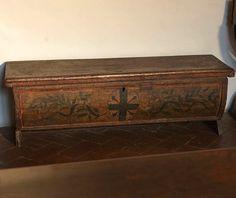 """Cassa nuziale con stemma della famiglia Machiavelli (Villa Machiavelli). -- """"D'argento, alla croce d'azzurro angolata da quattro chiodi dello stesso""""."""
