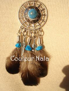 Collier ethnique pendentif style amérindien plumes de Faisan irisées bleues chips de turquoise, cordon suédine, : Collier par couleur-nala