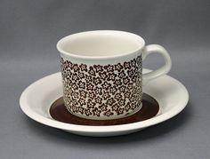 Arabia kahvikuppi, Faenza, ruskeakukka. Design: Inkeri Seppälä (Peter Winqvist). Vuosi, 1973-1979. Paino 293g. | Astiataivas.fi - Vanhojen astioiden ystävien löytöpaikka