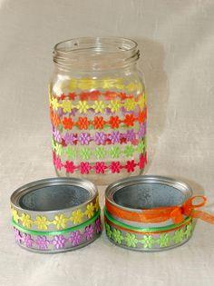 Reciclando botes de cristal y latas de conserva para convertirlos en jarrones y porta velas.