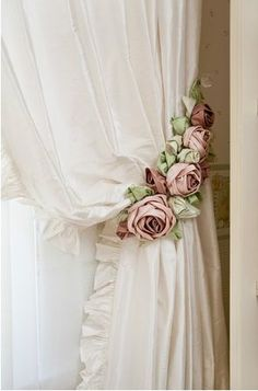 #beddysdreamroom White curtains with flowers hanger |ArchitectureDecorFlowers | RosamariaGFrangini