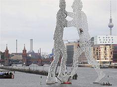 Kay Nietfeld / EFE Escaladores bajaron la bicicleta de un niño de la escultura metálica 'Hombre de la Molécula', creada por el artista estadounidense Jonathan Borofsky sobre el río Spree en Berlín, Alemania.. de la semana 1