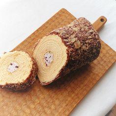 gula_jpはい、お土産。#千年杉 #バウムクーヘン #ロールケーキ #小豆 #和菓子 #洋菓子 #カッティングボード #スイーツ  #切り株 #年輪 #姫路 #杵屋 #お茶タイム #baumkuchen #rollcake #cake #foodpic #himeji #kineya #sweets #japanesesweets #japan