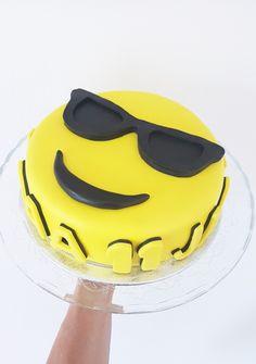 S M I L E  Voor een jongeman (van 11 jaar) heb ik een emoji taart gemaakt. Maar dan wel een coole emoticontaart met een zonnebril op.