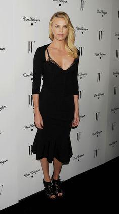 Charlize Theron en robe Alexander McQueen de la collection printemps-été 2012 aux Golden Globe Awards à Hollywood, le 14 janvier 2012