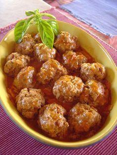 Aprende a preparar albondigas con esta rica y fácil receta. Mezclar las carnes picadas en un bol, añadir la pimienta, sal, perejil picadito, nuez moscada, el huevo...