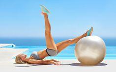 Übungen für den Knackpo: Beinbeuger mit Balance-Ball