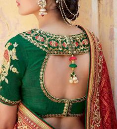 Glam up in your wedding sarees with these awesome, latest saree blouse designs that will win you tons of compliments on weddings, parties and functions. Blouse Back Neck Designs, Sari Blouse Designs, Saree Blouse Patterns, Designer Blouse Patterns, Blouse Styles, Blouse Neck, Design Patterns, Latest Blouse Designs, Choli Designs