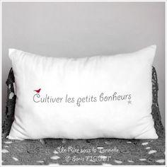 "Coussin à message lin ancien - ""Cultiver les Petits Bonheurs"" Diy Pillows, Decorative Pillows, Cushions, Scan And Cut, Textiles, Messages, Cross Stitch Embroidery, Diy Gifts, Diys"