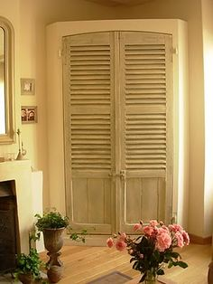 Volets persiennes réutilisés en décoration pour fermer un placard. | Chambre \ Provence\  | Pinterest | Woods & Volets persiennes réutilisés en décoration pour fermer un placard ...