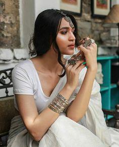 Pinterest: @cutipieanu Indian Attire, Indian Wear, Perfume Lady Million, Designer Sarees Wedding, Sari Blouse Designs, Saree Look, Stylish Girl Pic, Girl Photo Poses, Indian Beauty Saree