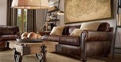 canapé en cuir marron, table basse industrielle en bois massif à roulettes métalliques