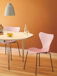 Fritz Hansen Serie 7 Stuhl 3107 New Colours von Arne Jacobsen, 1955 - Designermöbel von smow.de Fritz Hansen, Arne Jacobsen, Design Shop, Eames, High Bar Stools, Plywood Chair, Dining Chairs, Dining Table, Caravaggio