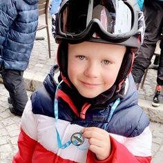 Amélie Neten sur Instagram: Mon fils, je suis tellement fière de toi ! ❤ Un séjour au ski qui s'achève avec l'obtention de ta médaille ! 🎿🏅 On a passé une semaine… Bicycle Helmet, Kids Boys, Instagram, I Proud Of You, Sons, Cycling Helmet