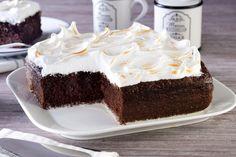 Nadie puede resistirse a un pastel de chocolate y este no será la excepción, con su deliciosa combinación de tres leches y cocoa, acompañado de un merengue flameado juntos son la perfecta combinación de sabor.