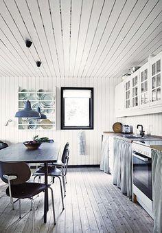 Une petite maison de bois noir pour l'été (via Bloglovin.com )