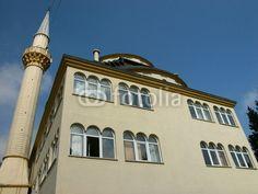 Beigefarbene Fassade und Minarett der Moschee im Dorf Dogancay bei Adapazari in der Provinz Sakarya in der Türkei
