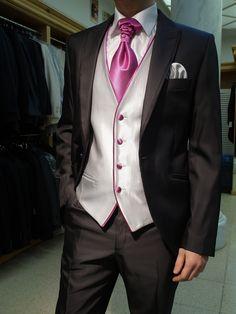 Chaleco de novio en gris perla, coordinado con la misma materia de canalé pero en fucsia para vivos, botones y corbatón.  Disponible en www.sastreriacampfaso.es