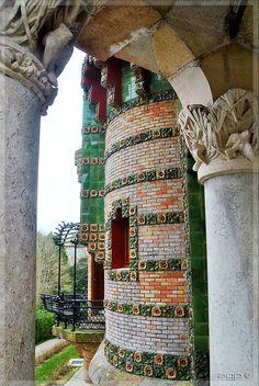 El Capricho de Gaudí Amazing Architecture, Art And Architecture, Architecture Details, Art Nouveau, Antonio Gaudi, Barcelona Catalonia, Le Palais, Kirchen, Empire State Building