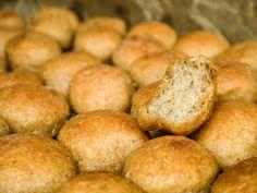 "Vegán ""sajtos"" pogácsa | Kertkonyha - Vegetáriánus receptek képekkel Vegan Christmas, Savory Snacks, Reggio, Pretzel Bites, Superfood, Muffins, Vegan Recipes, Gluten, Sweets"