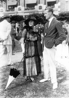 Vintage summer photos from Deauville in Normandy. White trousers and white bucks style . Vintage Men, Vintage Fashion, Ivy League Style, British Country, Long Gloves, Edwardian Era, Old Photos, Eli Whitney, Classic Style