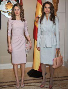 Letizia Ortiz y Rania aparecieron vestidas en tonos pastel y un similar estilo durante el almuerzo ofrecido por los Reyes de Jordania.